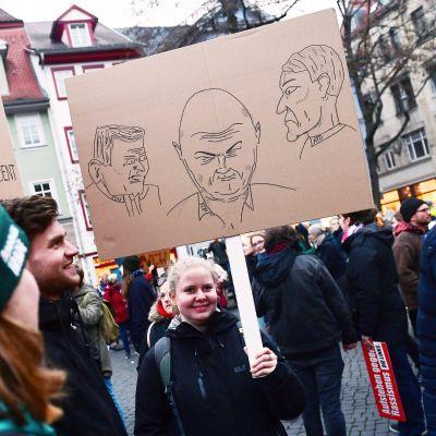 AfD:n kanssa harjoitetusta poliittisesta yhteistyöstä suivaantuneet mielenosoittajat heiluttivat viime viikolla Thüringenin paikallisten poliitikkojen kuvilla varustettuja kylttejä Erfurtissa.