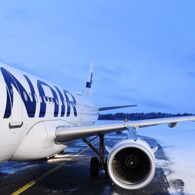 Kuvassa on Finnairin lentokone Kuusamon kentällä.