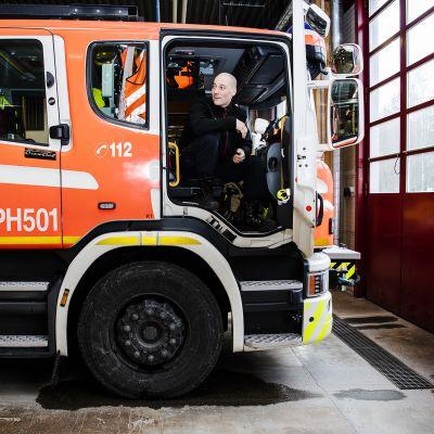 Kuvassa ruiskumestari Juho Suppi istuu paloautossa.
