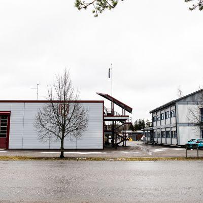 Kuvassa Orimattilan paloasemat, vasemmalla alkuperäinen ja oikealla väistötilat.