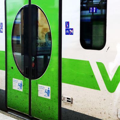 Kuvassa on VR:n junan ovi.