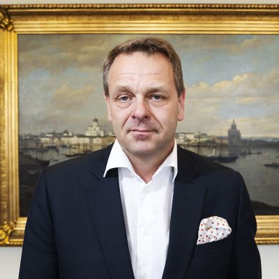 Pormestari Jan Vapaavuori kuvattuna maisemataulun edessä.