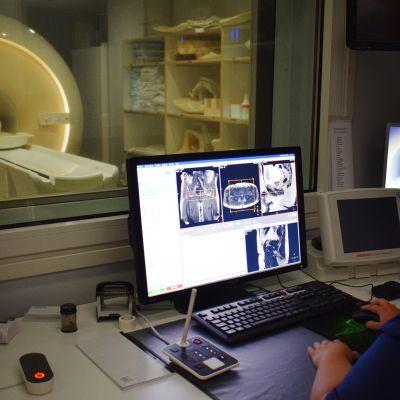 Röntgenhoitaja tarkkailee magneettikuvauksen kulkua.