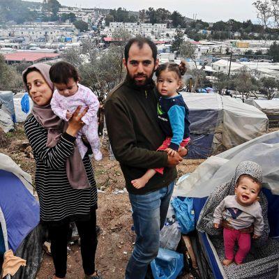 Kuvassa on perheitä Morian pakolaisleirillä.