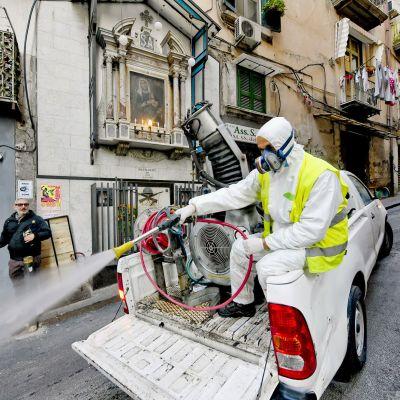 Italian Napolissa puhdistettiin torstaina katuja koronavirusepidemian leviämisen estämiseksi.