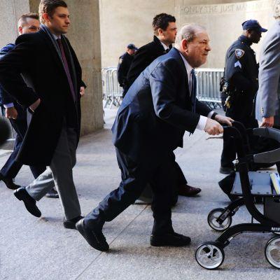 Harve Weinstein saapuu oikeuteen.
