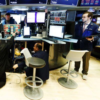 Tietokoneita purettiin pörssissä, jotta meklarit voisivat työskennellä etänä.