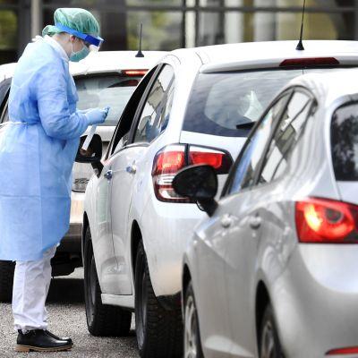 Terveyspalveluyritys Mehiläisen koronaviruksen drive-in-testausasema Espoossa 18. maaliskuuta 2020.
