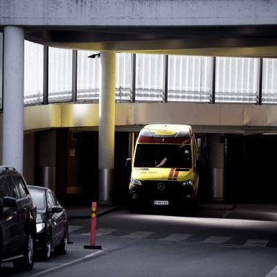 Ambulanssi Meilahden sairaalan sisäänkäynnin edustalla.
