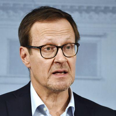 Kuvassa on Huoltovarmuuskeskuksen väliaikainen toimitusjohtaja Janne Känkänen tiedotustilaisuudessa.