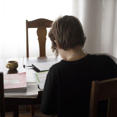 Lapsi opiskelee kotonaan.