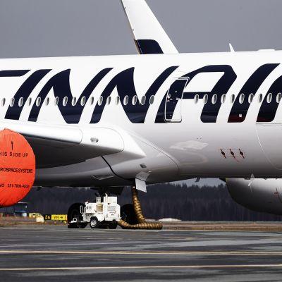 Kuvassa on Finnairin lentokone, jonka moottorit on peitetty pusseilla pölyn ja roskan välttämiseksi.