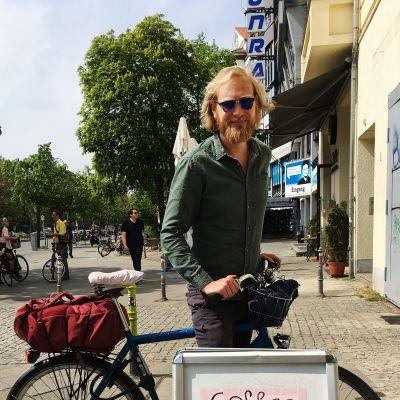 Oskari Lampisjärvi polkee päivittäin kymmeniä kilometrejä ympäri Berliiniä kuljettamassa olutta ja giniä asiakkaiden kotiovelle.