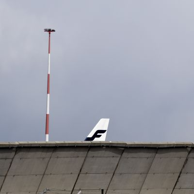Finnairin lentokone parkissa Helsinki-Vantaan lentokentällä.