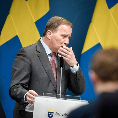 Stefan Löfven tiedotustilaisuudessa.