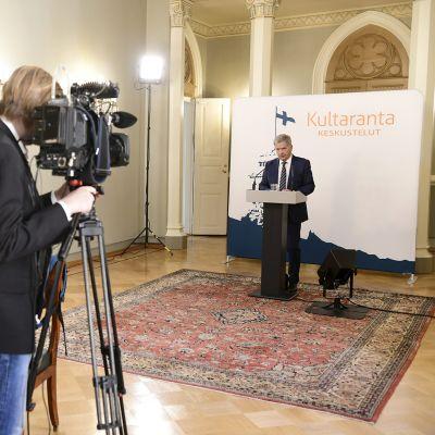 Presidentti Niinistö tapaa mediaa Kultaranta-keskustelujen alla