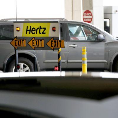 Hertzin opaskyltti San Franciscon kansainvälisellä lentoasemalla.