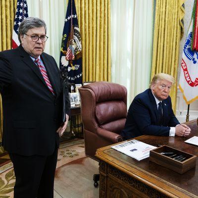 Kuvassa on oikeusministeri William Barr ja presidentti Donald Trump.