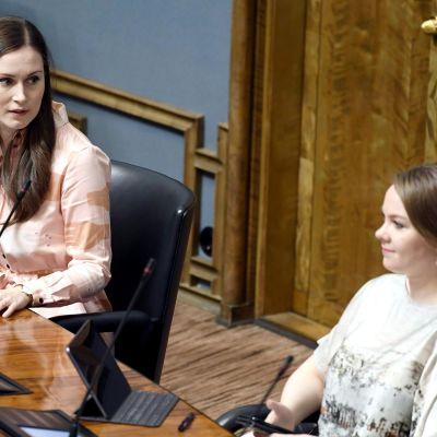 Pääministeri Sanna Marin ja valtiovarainministeri Katri Kulmuni eduskunnan täysistunnossa Helsingissä.