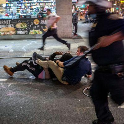 Poliisi pidättää mielenosoittajan lähellä New Yorkin Times Squarea.