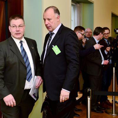 Perussuomalaisten kansanedustaja Juha Mäenpää ja tämän avustaja Kari Uoti (oik.) eduskunnassa Helsingissä 20. helmikuuta 2020.