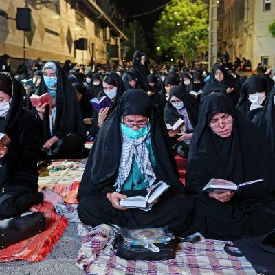 Kuvassa on Laylat al-Qadr-rukouksiin osallistuvia iranilaisia.