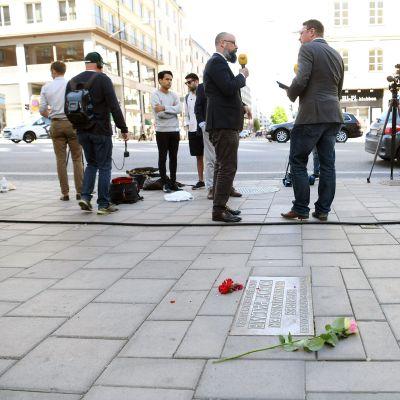 Toimittajia ja kuvaajia Palmen murhapaikalla Tukholmassa.