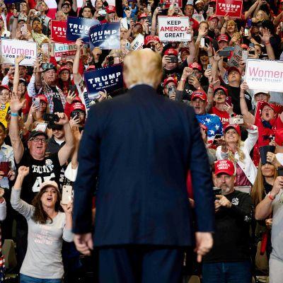 Donald Trump tapaa kannattajiaan Las Vegasissa helmikuussa.