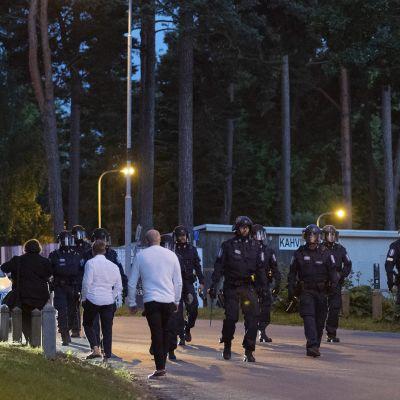 Kuvassa on poliiseja Hietaniemen uimarannalla Helsingissä juhannusyönä 20. kesäkuuta 2020