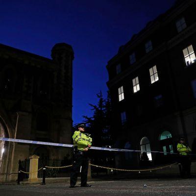 Kuvassa poliisi seisoo vartiossa Readingissa.
