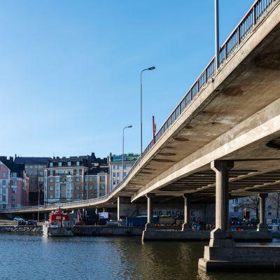 Kuvassa on Hakaniemen silta.