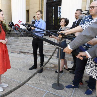 Pääministeri Sanna Marin puhuu medialle.