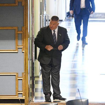 Perussuomalaisten kansanedustaja Juha Mäenpää katselee istuntosaliin eduskunnassa Helsingissä 17. kesäkuuta 2020.