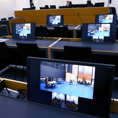 Media seurasaa screeniltä United Brotherhoodin johtajana pidetyn Tero Holopaisen oikeudenkäyntiä Itä-Uudenmaan käräjäoikeudessa