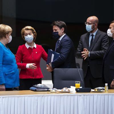 Kuvassa eurooppalaiset päättäjät keskustelevat.