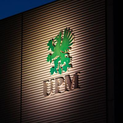 Kuvassa on metsäyhtiö UPM:n kyltti seinällä.