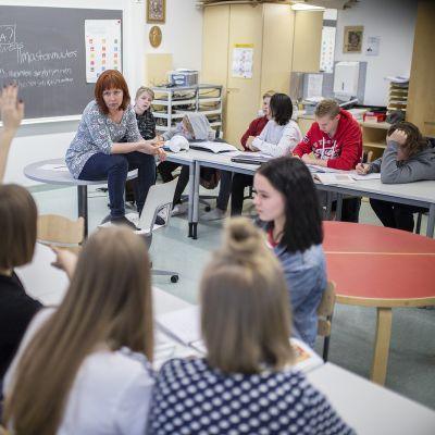 Monissa kouluissa palataan ensi viikolla lähiopetukseen. Kuvassa Otalammen koulun oppilaita historian ja yhteiskuntaopin tunnilla.