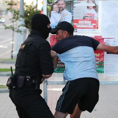 Kuvassa osoitetaan mieltä Valko-Venäjällä.