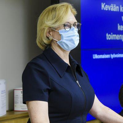 Työministeri Tuula Haatainen kertoi taustatilaisuudessaan ulkomaisen työvoiman hyväksikäytön estämisestä Helsingissä 20. elokuuta 2020.