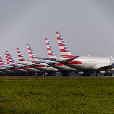 Kuvassa on Amrican Airlinesin lentokoneita.