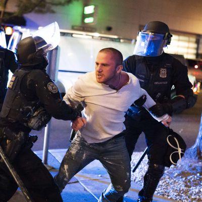 Poliisit rauhoittelevat miestä.