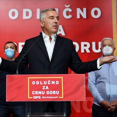 Montenegron presidentti puhuu medialle.
