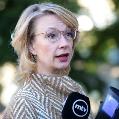 Eurooppaministeri Tytti Tuppurainen tapasi mediaa lyhyesti ennen talousarvioneuvotteluiden alkamista Säätytalossa Helsingissä 14. syyskuuta.