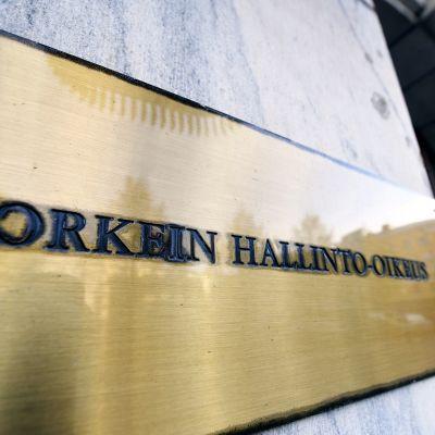 Korkeimman hallinto-oikeuden kyltti Fabianinkadulla Helsingissä 15. lokakuuta 2019.