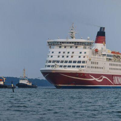Kuvassa on käynnissä Viking Linen Amorella-aluksen siirto takaisin Suomen mantereelle.