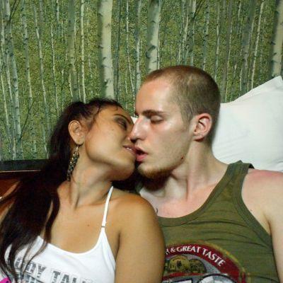 Jani suutelee Cindy suutelevat