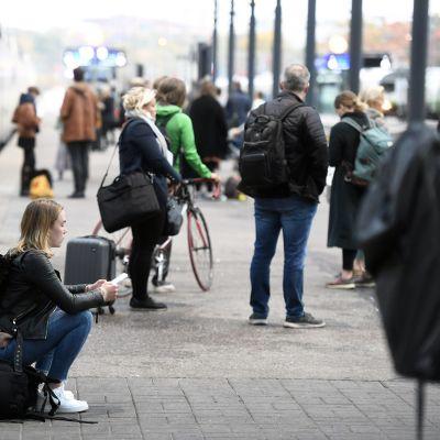 Matkustajia Helsingin Rautatieasemalla.
