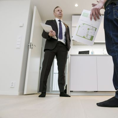Kiinteistövälittäjä  esittelee asuntoa.