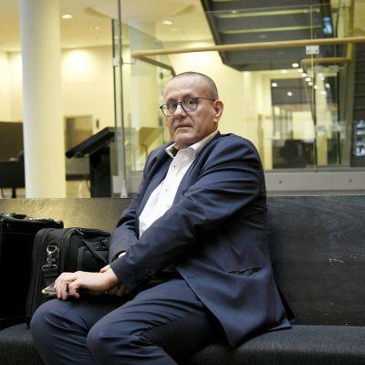 Puolustusasianajaja Hannu Kaitaluoma odottaa jutun käsittelyn alkamista Helsingin käräjäoikeudessa.