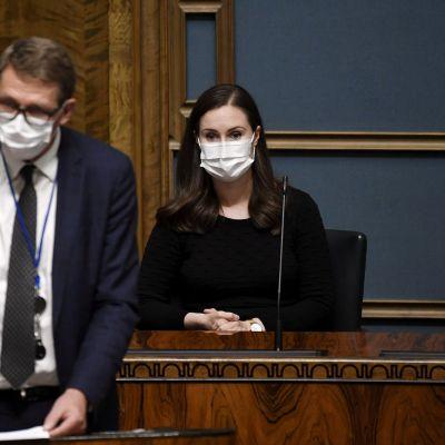 Pääministeri Sanna Marin (SDP) kuuntelee, kun valtiovarainministeri Matti Vanhanen (kesk.) vastaa opposition välikysymykseen eduskunnan täysistunnossa Helsingissä 30. syyskuuta 2020.